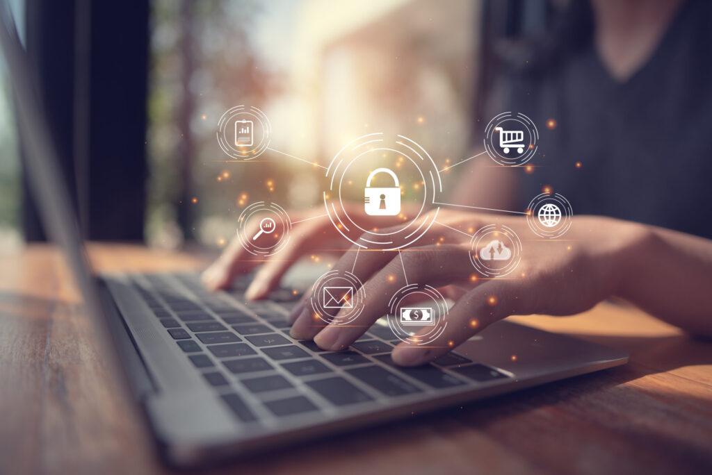 Mulher usando computador com ilustração representando a segurança das informações sendo utilizadas