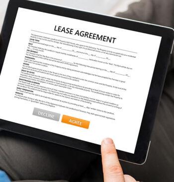 Homem olhando em um tablet um contrato com as opções para assinar