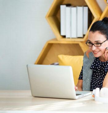 Mulher trabalhando em casa, home office
