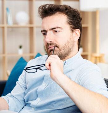 Homem com dúvidas acerca da assinatura de documentos pelo celular