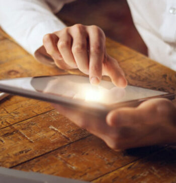 Pessoa clicando em um tablet, assinando um documento