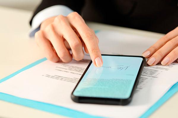 Homem segurando o celular e elementos de validade e segurança jurídica